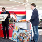 Gerd Rapior erläutert den Gästen ein Kunstwerk