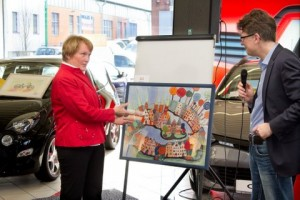 Lübeck malt Versteigerung-13 Sigrun Niemann präsentiert ihr Bild Gerd Rapioir MEDIA CONCEPT