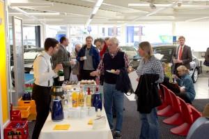 """In der Pause gab es eine Stärkung. Kaffee und Kuchen und """"Auktionsgetränke"""" satt. Lübeck malt Versteigerung Gerd Rapior MEDIA CONCEPT"""