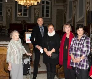 Einige Preisträger lassen sich nach der Vorstellung durch Gerd Rapior feiern