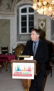 Moderator Gerd Rapior am Rednerpult