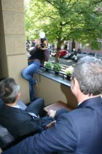 Fotografin auf der Balkonbrüstung