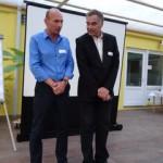 Gerd Rapior zeigt am Teilnehmer eine Position