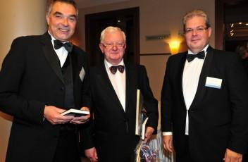 Professor Doktor Rudolf Seiters und Gerd Rapior früherer Kanzleramtsminister früherer Bundesinnenminister präsent des Deutschen Roten Kreuzes