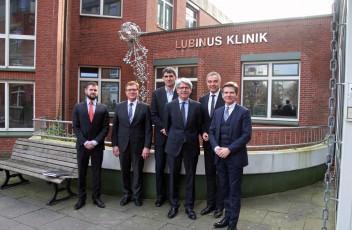 Johann Georg Philipp Lubinus (v.l.) und Otto Melchert vom Vorstand der Lubinus-Stiftung sowie der Ärztliche Leiter Dr. Tilmann Krackhardt  mit Gastredner Prof. Dr. Eckard Minx, Lubinus-Pressesprecher Gerd Rapior und dem FDP-Landesvorsitzenden und Landtagsabgeordneten Heiner Garg.